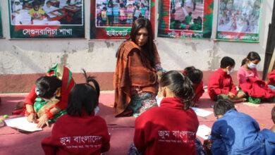 Photo of সুবিধা বঞ্চিত শিশুদের ইংরেজি শেখাচ্ছেন সাবরীনা